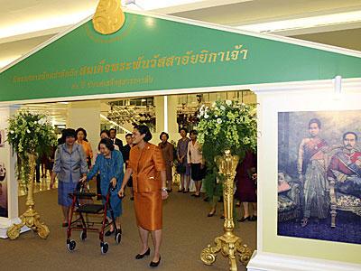 สมเด็จพระเทพรัตนราชสุดาฯ สยามบรมราชกุมารีและสมเด็จพระเจ้าพี่นางเธอ เจ้าฟ้ากัลยาณิวัฒนา กรมหลวงนราธิวาสราชนครินทร์ เสด็จฯ ไปทอดพระเนตรนิทรรศการฯ